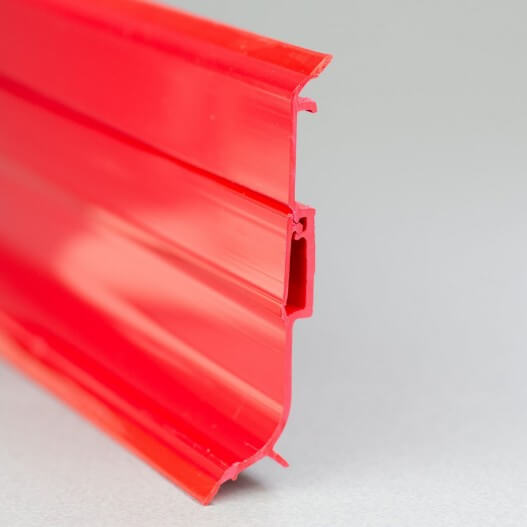 Plinthe PVC rouge à lèvres souples vue de côté