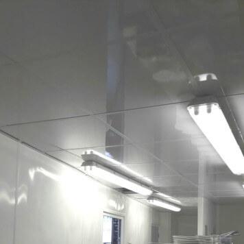 Structure de faux-plafond blanche à ossature apparente 600 x 600 sur mesure