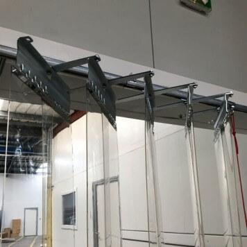 Vue sur le système coulissant du rideau à lanières repliable