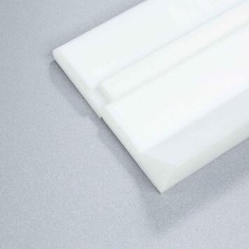 plinthe-a-talon-pehd-blanche-avec-cache-vis-et-degagement-pour-u-de-sol