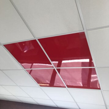 Dalle de faux plafond rouge en situation