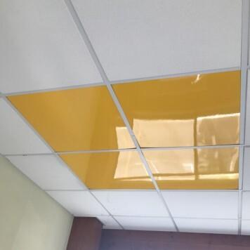 Dalle de faux plafond jaune brillante en situation