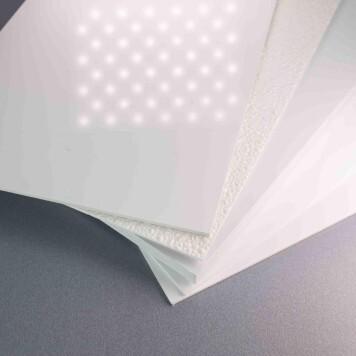 Plaque PVC blanche 5 mm 5 mm brillante éclairée par des spots
