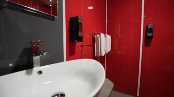 Rénovation d'une douche d'hôtel avec les plaques Nelinkia
