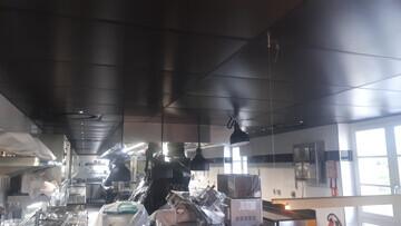 Dalles PVC pour la réalisation d'un faux plafond dans une cuisine professionnelle