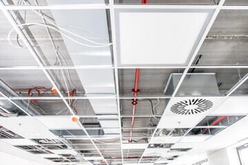 Structure métallique pour l'installation d'un faux plafond dans une cuisine professionnelle