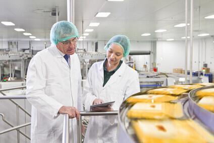 Contrôleurs qualité hygiène dans une usine d'agroalimentaire