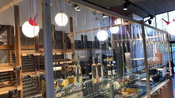 Rideau à lanières Nelinkia installé à l'Atelier des Pains à Mésinges