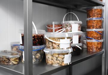Stockage vertical des produits sur un rayonnage alimentaire dans une chambre froide