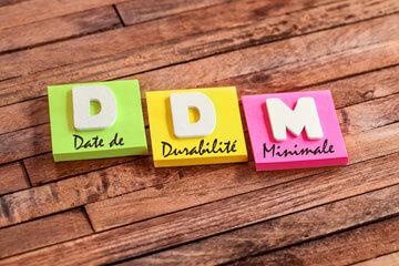 Lettre alignées formant le mot DLC pour date de durabilité maximale
