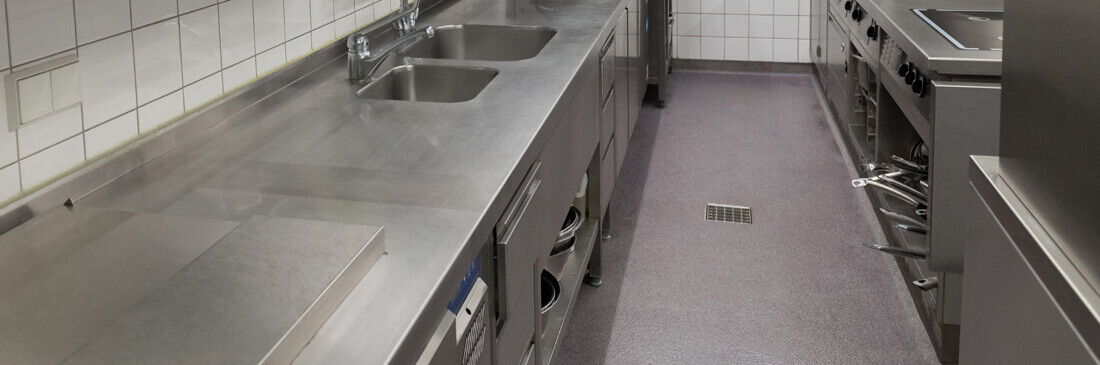 Vue panoramique d'un sol de cuisine professionnelle en mortier à base de résine de synthèse