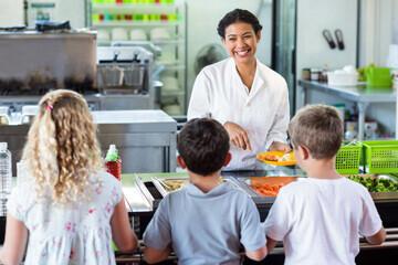 Enfants et personnel d'un self service d'une cantine scolaire