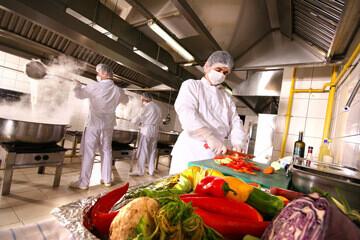 Personnel respectant l'hygiène alimentaire en restauration collective