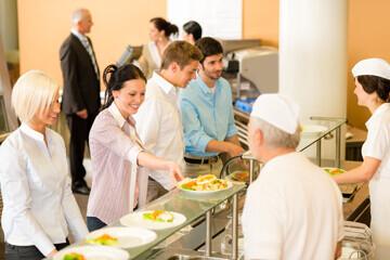 Personnel d'une entreprise dans un self service du restaurant de l'entreprise