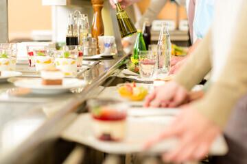 Vue d'un self service respectant la réglementation en restauration collective