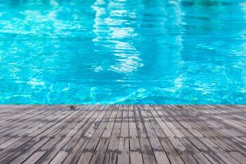 Terrasse en bois imputrescible au bord d'une piscine