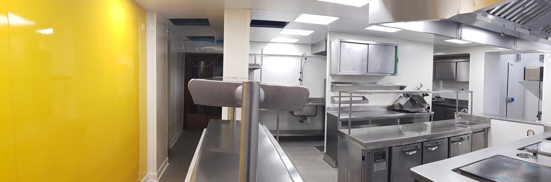 Murs en PVC imputrescibles dans une cuisine professionnelle