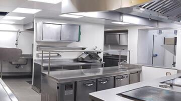 Vue d'une cuisine professionnelle réalisée avec des matériaux imputrescibles