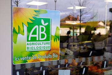 Label agriculture biologique sur une vitrine de magasin