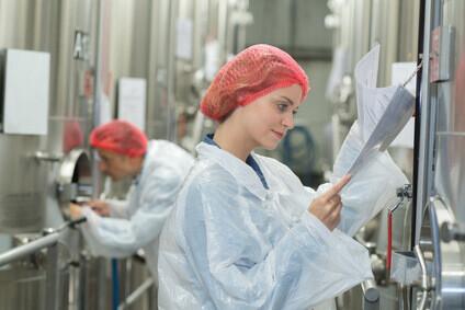 Contrôle de cuves en inox dans une usine agroalimentaire
