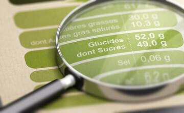 Loupe sur un tableau des valeurs nutritionnelles d'un produit alimentaire