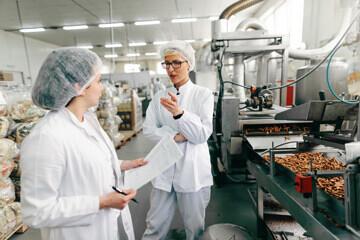 Personnel controlant une chaine de production dans l'industrie agroalimentaire