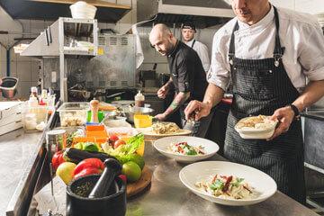 cuisine d'un restaurant, personnel préparant les plats