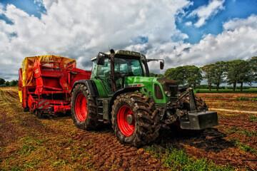 Tracteur vert dans un champs