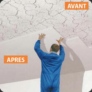 Personne posant du lambris PVC au plafond