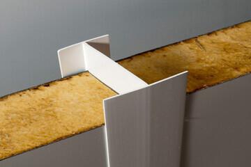 Profilé en H réunissant deux panneaux sandwich isolant de chambre froide