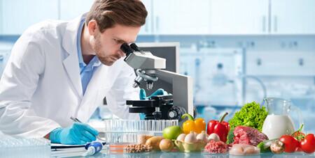 Personne analysant des échantillons de produits alimentaire