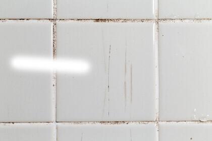Rénovation du carrelage de salle de bain : carrelage vieillissant