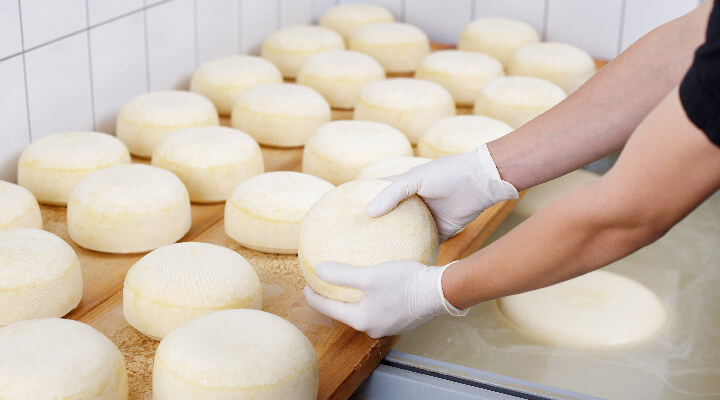 Personne etallant des fromages