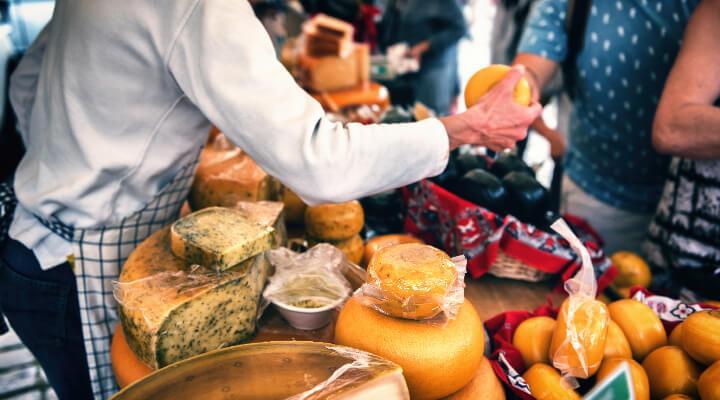 Vente de fromage sur un marché