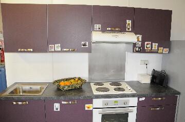 Crédence de cuisine sur un mur humide en plaque PVC