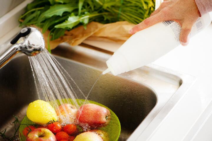 Désinfection des fruits et légumes dans l'évier
