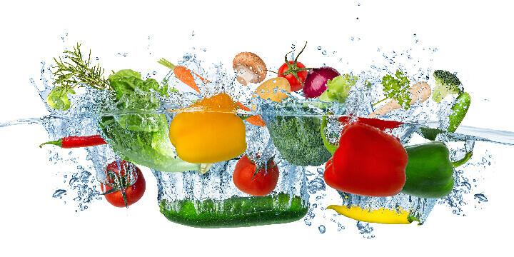 Fruits et légumes plongés sous l'eau
