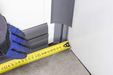 Prise des cotes pour laisser l'espace nécessaire à la pose de l'angle interne pour plinthe